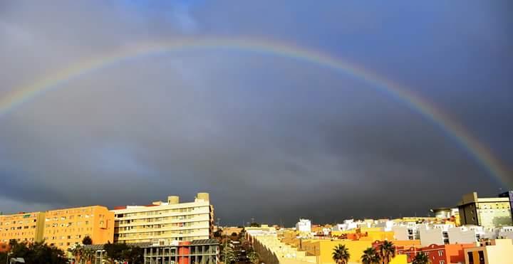 Un avión cruza el arcoiris entre La Laguna y Santa Cruz. / DA (FOTO DE ARCHIVO)