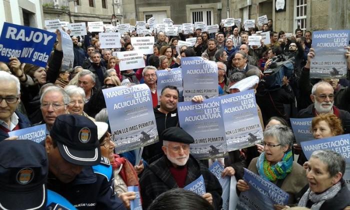 Partidarios y detractores de Rajoy a la entrada del pleno. / EUROPA PRESS PONTEVEDRA