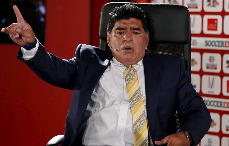 El exjugador argentino atiza con dureza al expresidente de la Fifa y UEFA. /ep