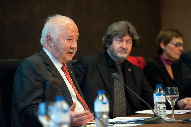 En primer término, Ricardo Melchior, presidente de la Autoridad Portuaria, durante su ponencia, al lado del eurodiputado, Joaquim Zeller. / F. P.