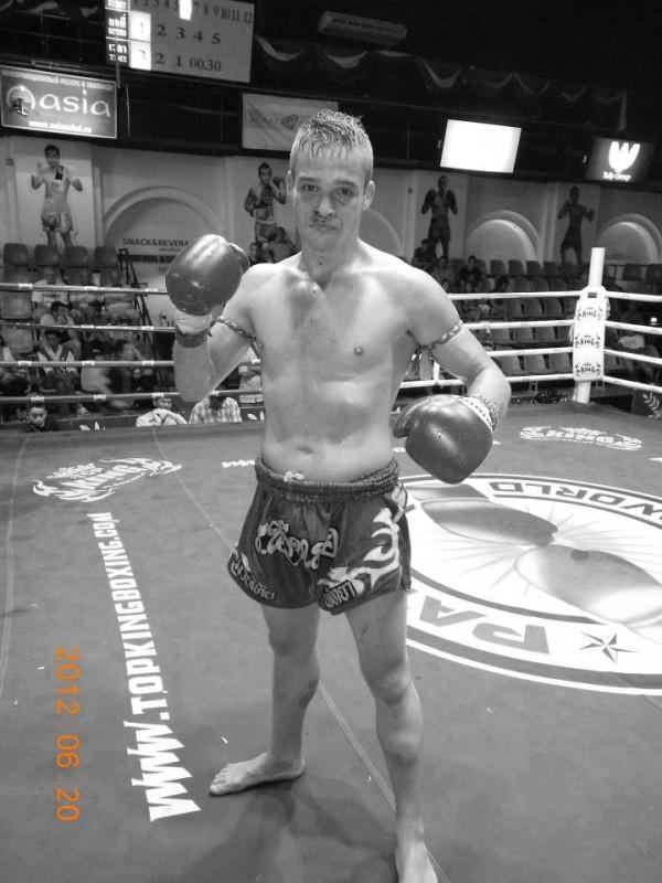 Aitor Alonso, después de uno de sus combates de muay thai en Tailandia. / DA