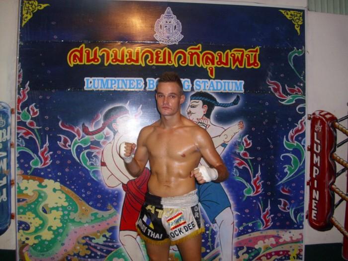 Aitor Alonso, antes de uno de sus combates en el mítico estadio Lumpinee, en Bangkok. / DA