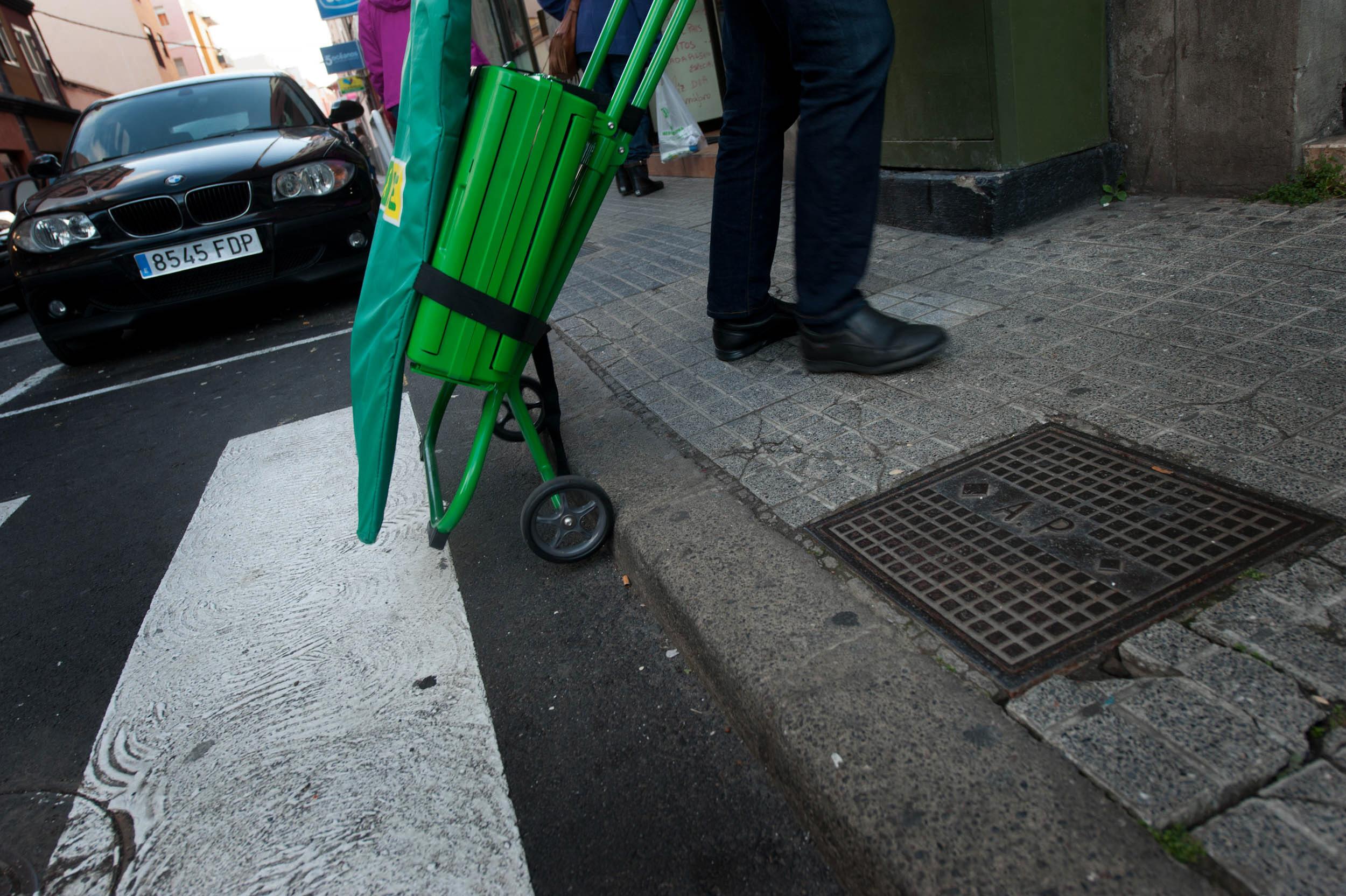 El colectivo denuncia que hay pocas aceras con rebajes. / FRAN PALLERO