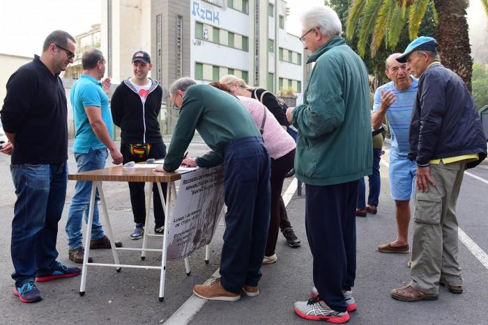 La mesa de recogida de firmas se instaló este lunes delante del Balneario. / S. M.