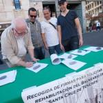 La plataforma en defensa del Balneario recogió firmas en la plaza de la Candelaria. / F. P.