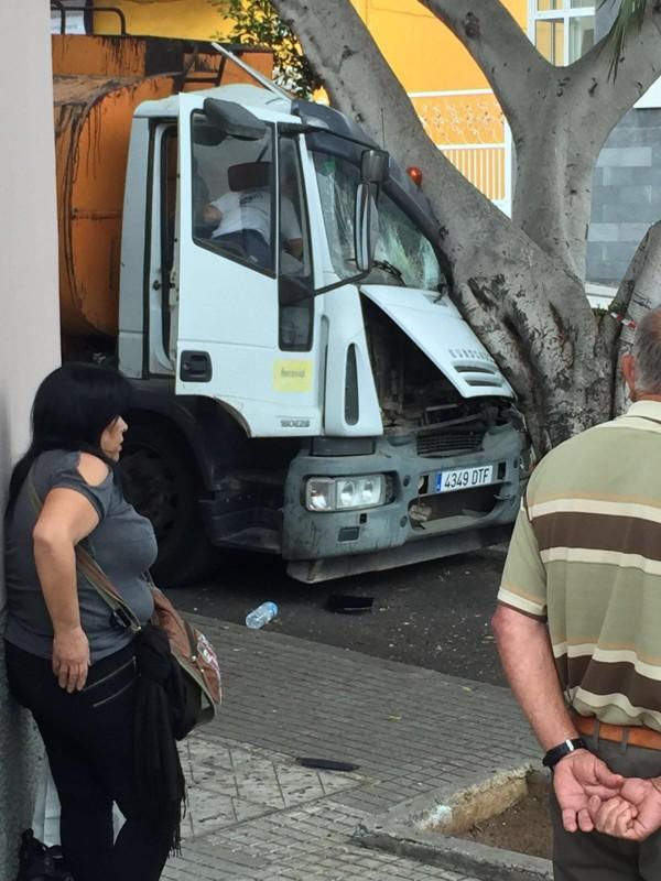 El accidente se produjo en la avenida de Isora. / L@s jardiner@s