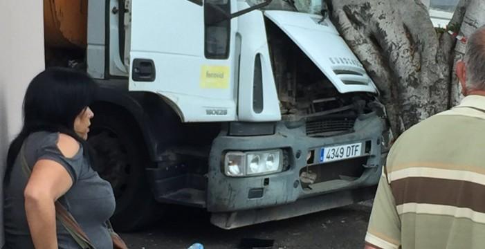 Ileso tras estrellar su camión contra un árbol en Guía de Isora