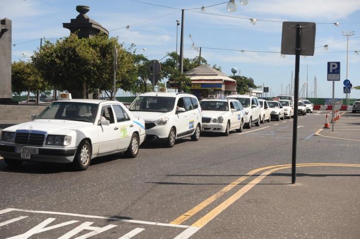 Los taxis de la capital han sido los últimos de Tenerife en adoptar la tarifa única. / J. G.