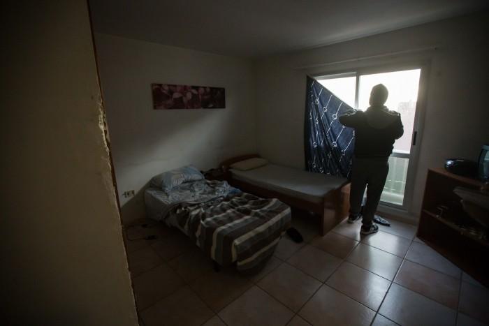 Javier vive en un piso de seis metros cuadrados. / A. G.
