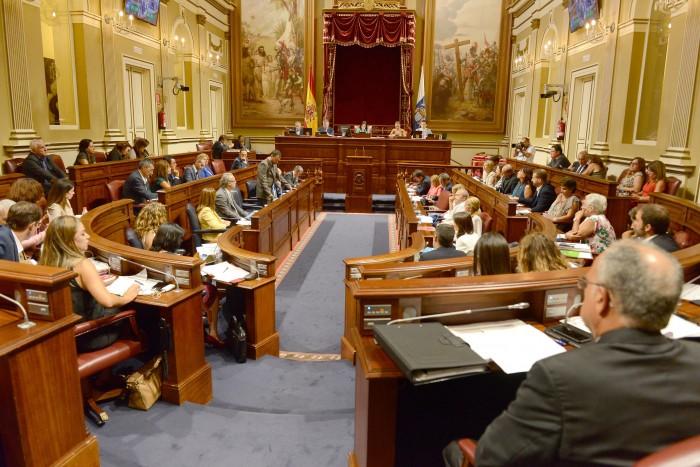 El Parlamento de Canarias, durante un pleno. / SERGIO MÉNDEZ