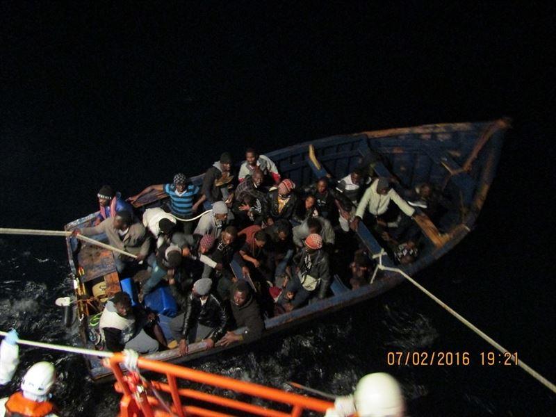 Muere uno de los inmigrantes de la patera que llegó este domingo a las costas de Gran Canaria