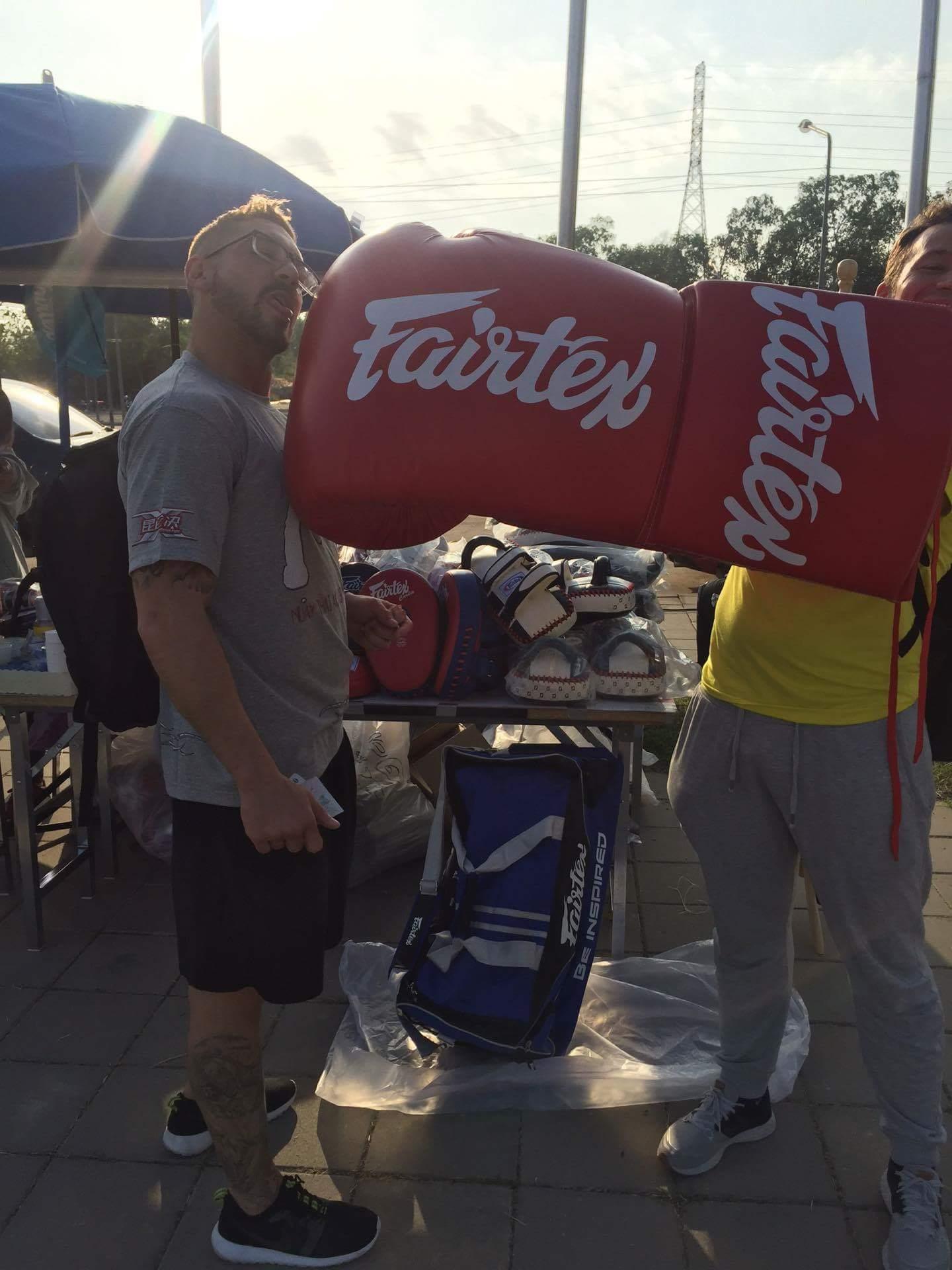 Risco y Muraille bromean con un guante gigante. / DA