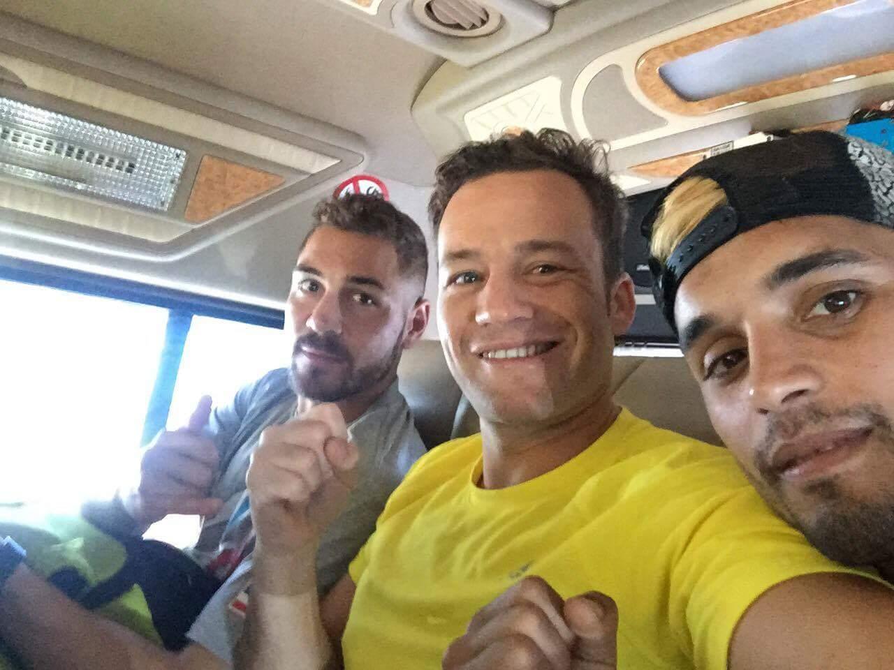 Risco, Muraille y Chávez, durante el trayecto del hotel al estadio. / DA