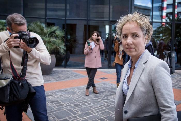 La presencia de Pía Oramas en el Palacio de Justicia concitó ayer el interés de los medios. / andrés gutiérrez