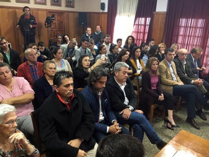 La sala de plenos del Ayuntamiento de La Victoria completa durante la moción de censura. | FRAN PALLERO