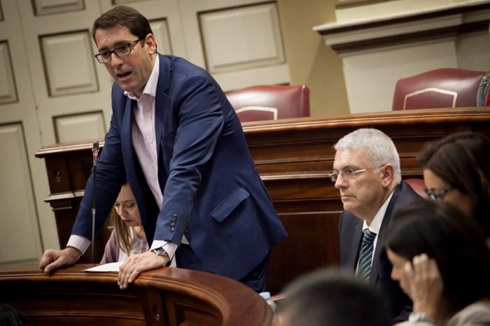 El portavoz del grupo parlamentario Socialista, Iñaki Álvaro Lavandera, interviene en un pleno. / A. GUTIÉRREZ