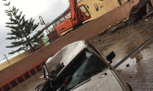 Las fuertes lluvias desploman un muro del instituto de La Victoria
