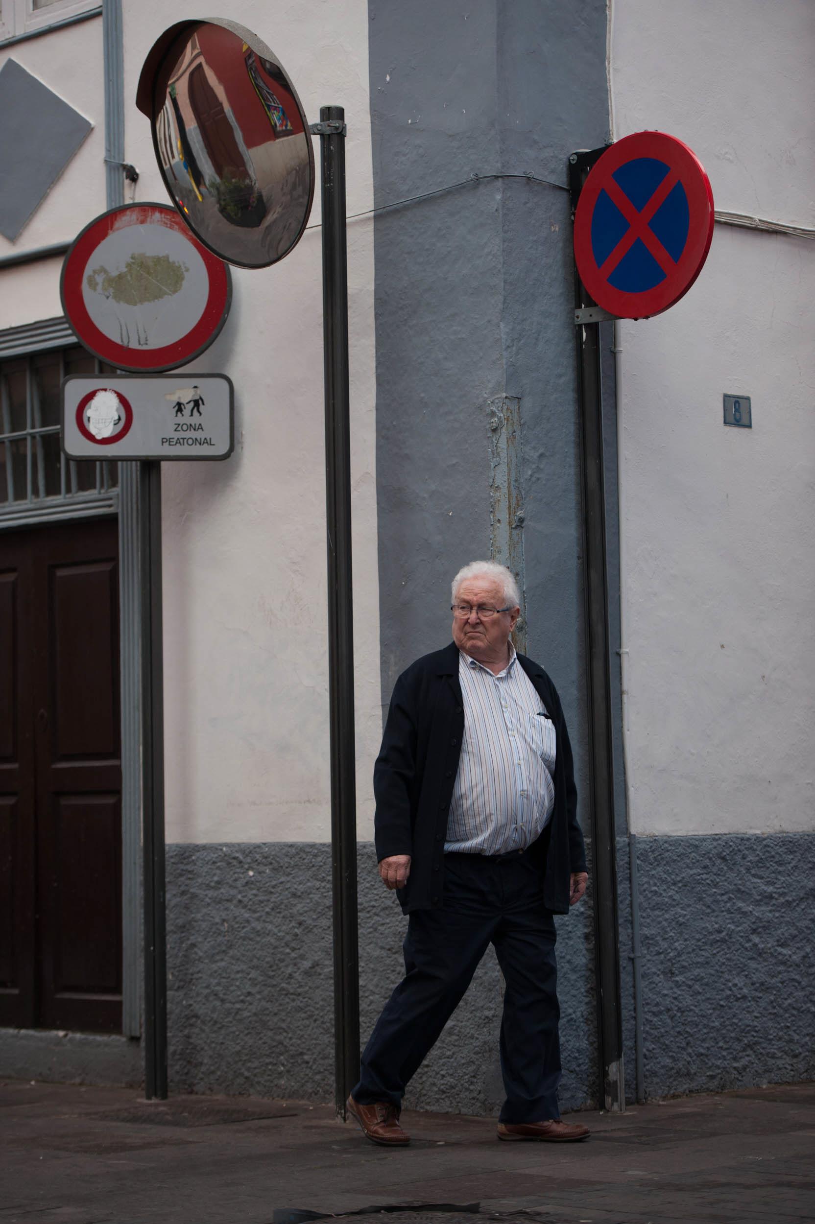Postes en las esquinas de las calles peatonales, que suponen un impedimento para las personas ciegas. / F. P.