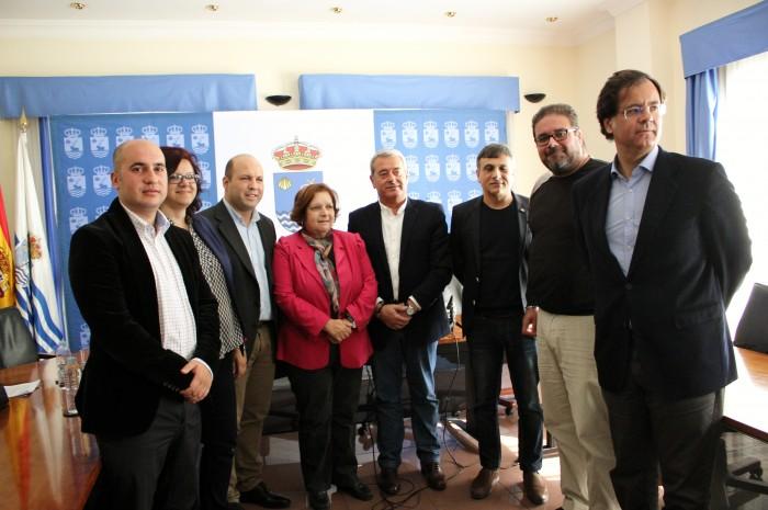 Los siete alcaldes junto al consejero insular Aurelio Abreu, ayer en San Juan de la Rambla. /DA