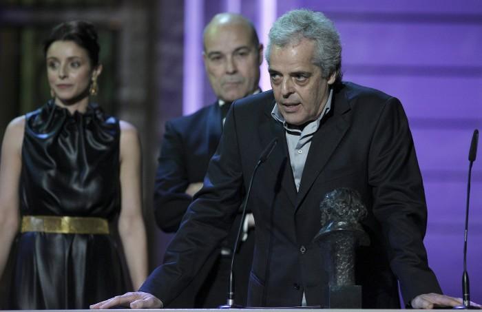Andrés Santana, junto a uno de sus cuatro premios Goya.