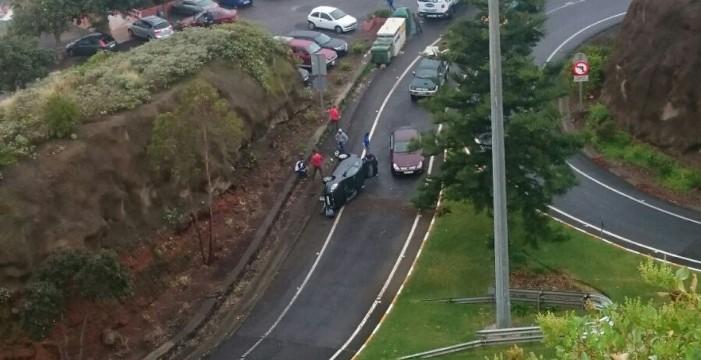 La curva de El Sauzal genera otros dos accidentes con el retorno de la lluvia