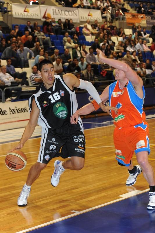 Ayón intenta alcanzar la canasta ante la defensa de un jugador del Burgos. / S.M.