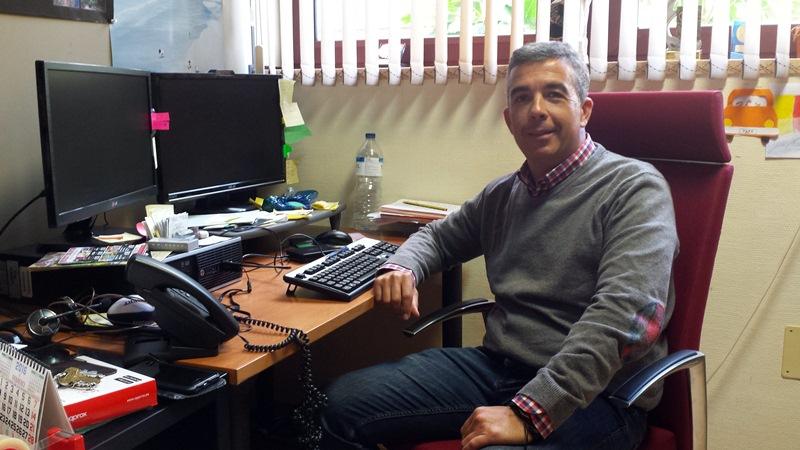 El profesor Eduardo Parra, el pasado viernes, en su despacho de la Facultad de Ciencias Económicas. / DA