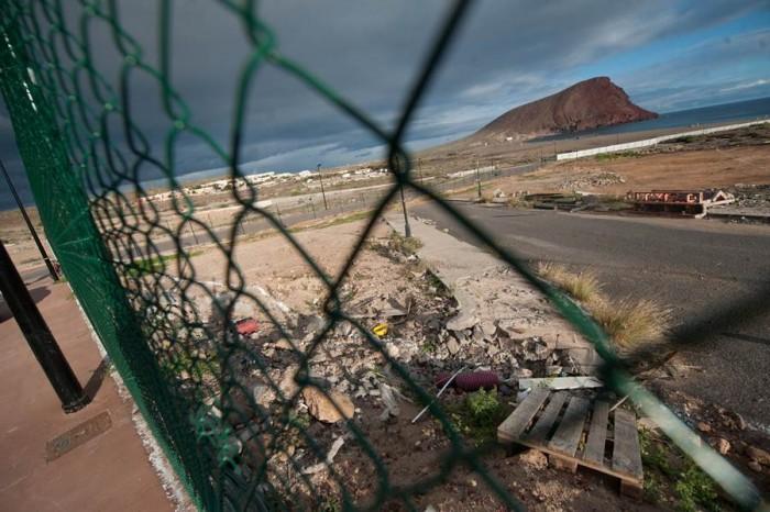 Parcela vallada donde está prevista la construcción del hotel de cinco estrellas. | FRAN PALLERO