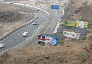 Vallas en la autopista del Sur / DA