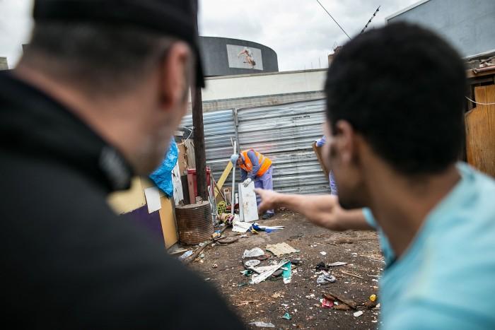 El opeartivo se desplegó a primera hora en el asentamiento del Pancho Camurria. / A. G.