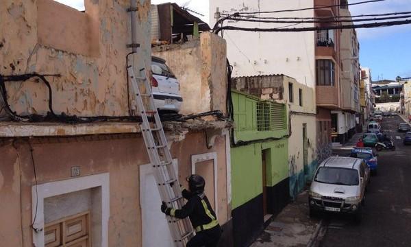 Aparece un coche aparcado en la azotea de una casa de Gran Canaria