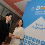 La consejera de Deportes del Cabildo de Tenerife, Cristo Pérez, y la directora de la Fundación DISA, Raquel Montes, durante la renovación del convenio de colaboración. | DA