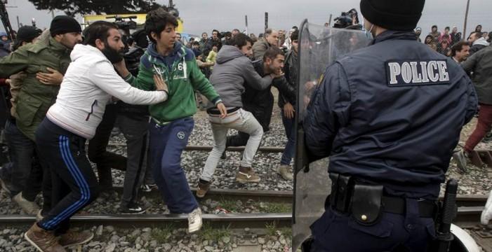 La Policía macedonia usa gases lacrimógenos contra refugiados tras cruzar la frontera por la fuerza