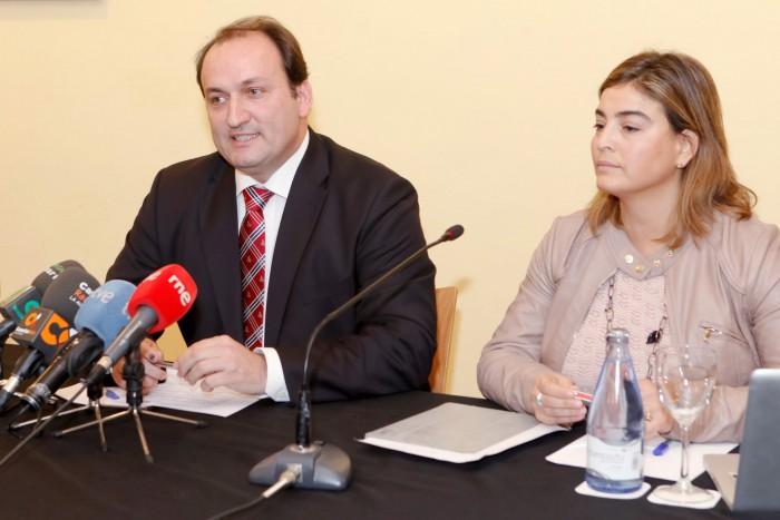 Ricardo Fernández de la Puente, cuando era viceconsejero de Turismo, junto a María Méndez, gerente de Promotur, en una imagen del pasado mandato. / DA