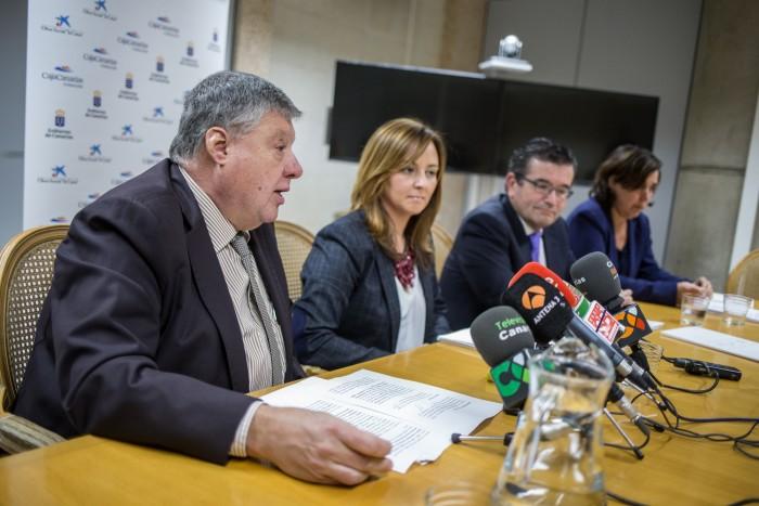 Los representantes del Gobierno canario, la Caixa y la fundación CajaCanarias, en la rueda de prensa. / ANDRÉS GUTIÉRREZ