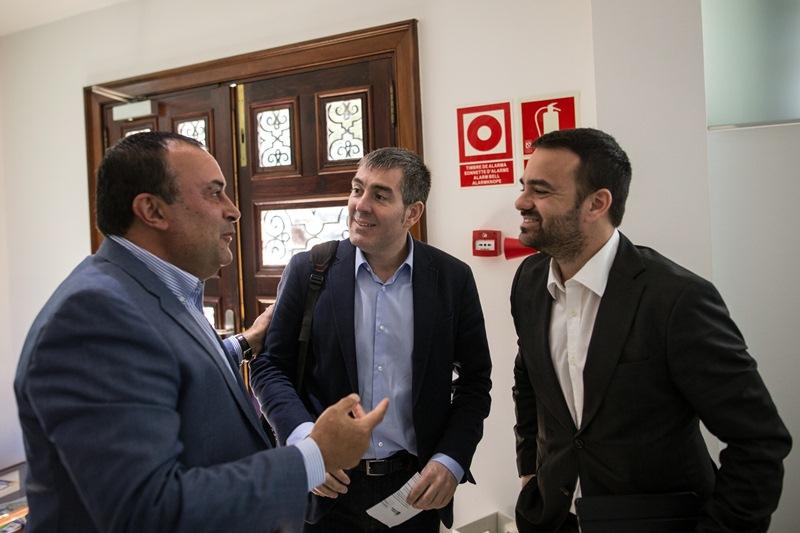Clavijo (centro), con el presidente de la Fecam, Ramón Plasencia, y el consejero de Presidencia, Aarón Afonso. / F. P.