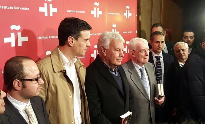 Pedro Sánchez y Felipe González en el homenaje a Gabriel García Márquez. / EP