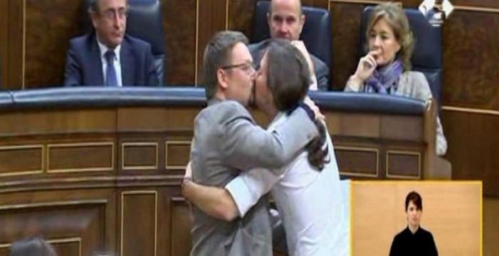Iceta pide un beso a Pablo Iglesias y el líder de Podemos le planta dos