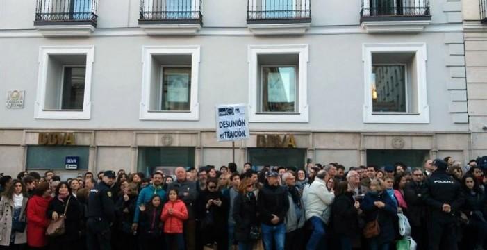 Decenas de ciudadanos abuchean y aplauden a los políticos a su llegada al Congreso