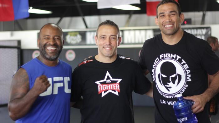 El analista palmero, junto a Fabricio Werdum,, campeón del UFC dentro de la división del peso pesado, y su entrenador Rafael Cordeiro. / JONAY AZARUG