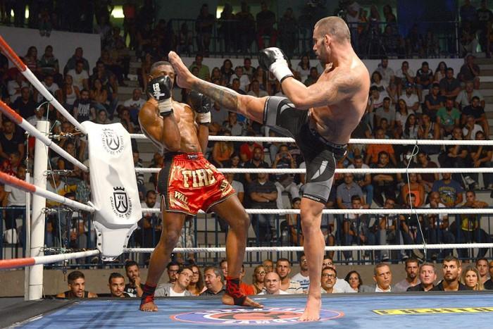 Baute intenta alcanzar a un rival con una patada alta en un combate celebrado en el pabellón Pancho Camurria. / DA