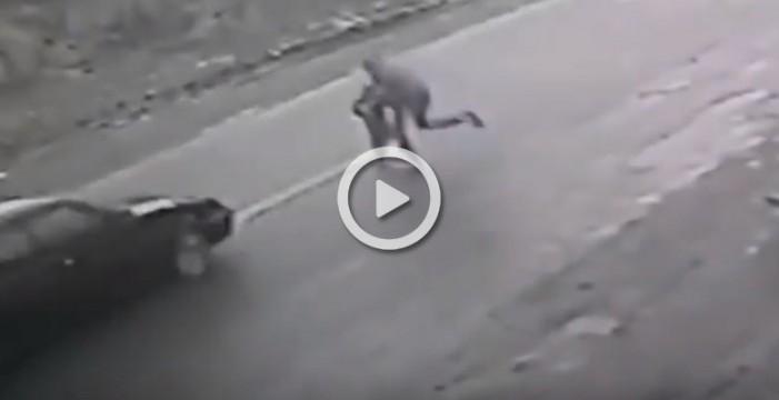 Un hombre arriesga su vida para salvar a un niño de un trágico accidente