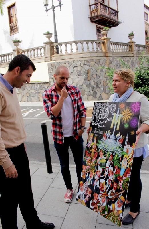 La concejal de Fiestas le muestra al alcalde el cartel de las Fiestas de Mayo de este año. /DA