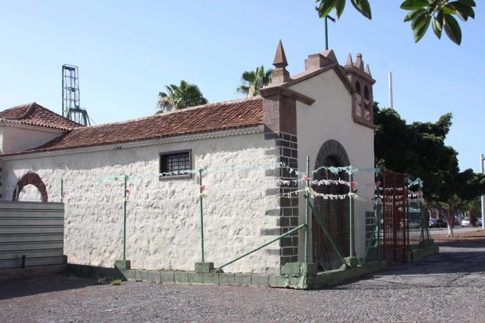 La ermita de San Telmo ha quedado aislada de su entorno urbano tras el paso del tranvía. / DA