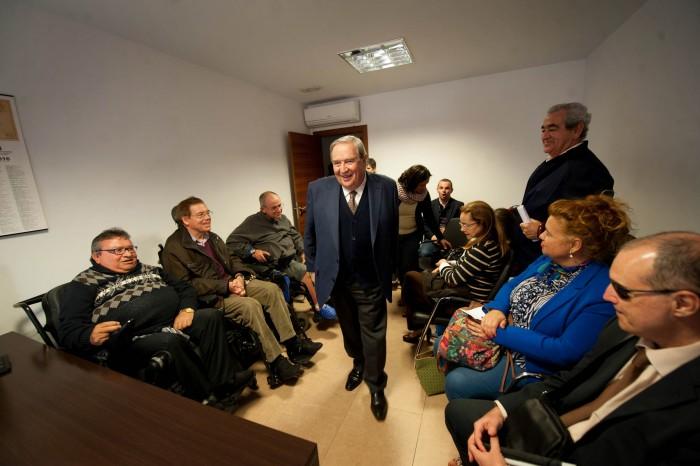 Jerónimo Saavedra se reunió ayer con varios colectivos sociales. / FRAN PALLERO